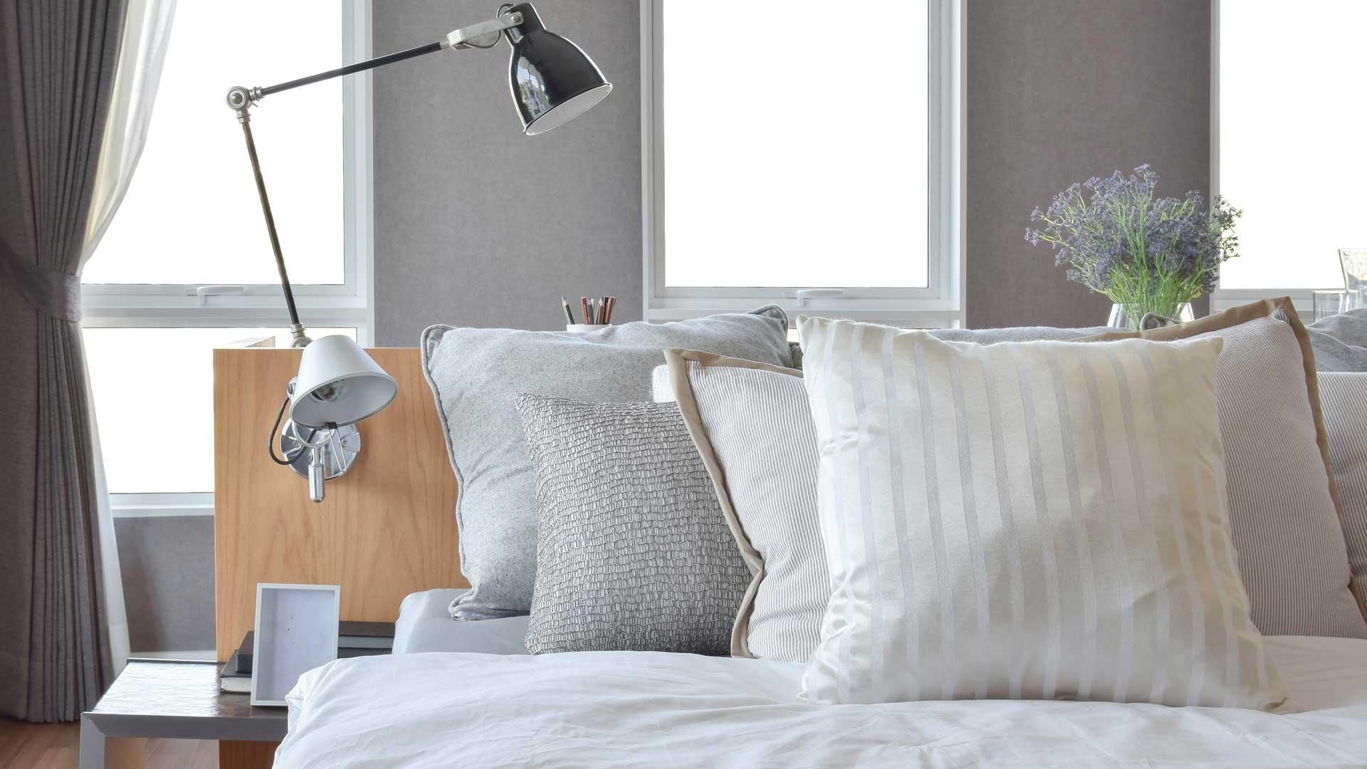 Cuscini decorativi: come disporre i cuscini sul letto
